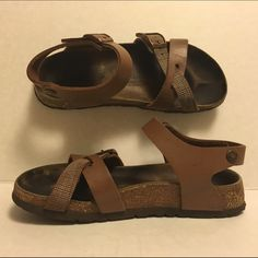 Birki Birkenstock Sandals Brown Leather 7 Overall in good condition, with normal wear on the footbed and soul of the shoes. Great for spring & summer! Birkenstock Shoes Sandals