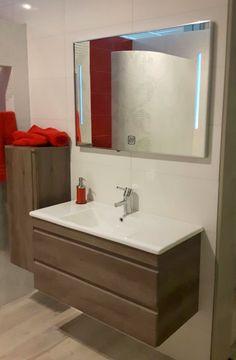 Greeploos badmeubel Q7 in de showroom bij van der Stad te Nijmegen! Badmeubel Q7 met twee soft-close en zelfsluitende greeploze lades. Het meubel is voorzien van een keramische wastafel en is leverbaar in de kleuren hoogglans wit, schots-eiken, truffel & antraciet in de afmetingen 65, 75, 85 & 100 cm. Te combineren met diverse kolomkasten, spiegelkasten en spiegels.
