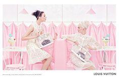 Très été 2012, cette pub Vuitton. On a envie de manger des cups cakes et des glaces roses avec un jean rose pâle et un haut soft pink