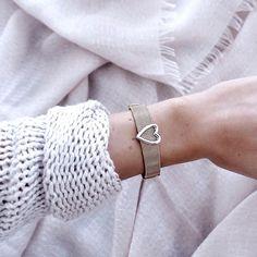 #obsessed ✨Super schönes Mesh Armband von @purelei_ das sogar größenverstellbar ist (DANKE dafür, endlich passt mir mal ein Armband wirklich perfekt und ist nicht zu weit )! Die Armbänder gibt es in unterschiedlichen Farben und die vielen süßen Charms kan Arm Party, Mesh Armband, Swag, Bangles, Bracelets, Charms, Super, Instagram Posts, Jewelry