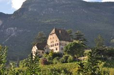 Schloss Englar in Eppan Hotels, Newcastle, Tuscany, Villa, Italy, Vacation, Mansions, House Styles, Haus
