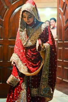 27 Dupattas - How to drape your Desi wedding outfit - Shaadi Bazaar Bridal Hijab Styles, Muslim Brides, Pakistani Bridal Dresses, Pakistani Wedding Dresses, Bridal Lehenga, Muslim Couples, Desi Bride, Desi Wedding, Wedding Bride