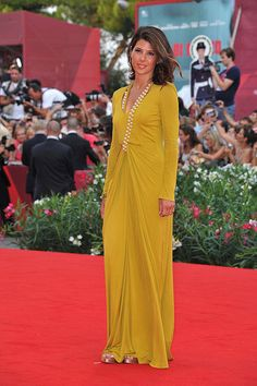 Marisa Tomei in Marios Schwab, such a hard color to pull-off and she looks great!