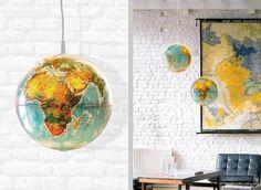 suspensions globes terrestres dans le bureau à domicile avec mu de brique blanche
