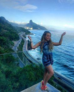 """Lari posando ao lado do rio durante sua entrevista de ontem com Fernanda com quem ontem gravou seu programa""""Vai Fernandinha"""""""