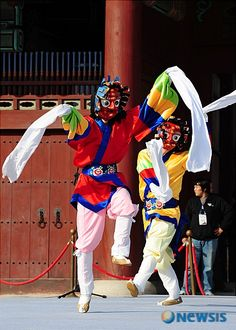 Traditional Korean Dance: Talchum could be characterized as a Korean dance performed while wearing a mask, miming, speaking, and/or singing. Korean Traditional Dress, Traditional Fashion, Traditional Outfits, Tribal Images, Mask Dance, Cultura General, Korean Products, Korean Hanbok, Kings Man