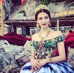 Dolce & Gabbana exploreaza universul Disney prin culori puternice si imprimeuri fanteziste. Vezi rochiile de seara Dolce & Gabbana din colectia noastra: http://www.dressbox.ro/dolce-gabbana
