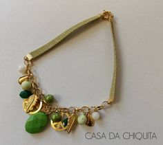 Colar feito com tira de couro com pingentes na cor dourada pérola e verde! Feito sob encomenda! R$ 35,00