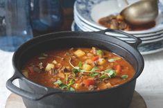 Gulášová polévka z líček | Apetitonline.cz Czech Recipes, Ethnic Recipes, Chili, Curry, Food And Drink, Soup, Cooking, Kitchen, Curries