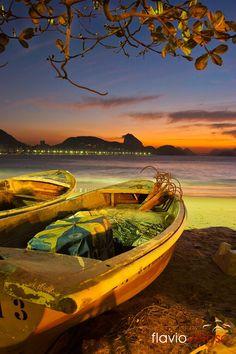 Barcos em Copacabana ao amanhecer com Pao de Acucar ao fundo, Sunshine in Copacabana with Sugar Loaf, Rio de Janeiro