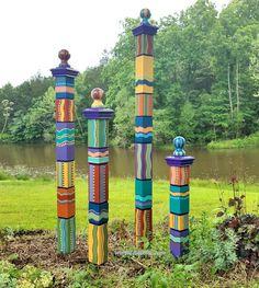 Art Totem, Peace Pole, Bright Color Schemes, Garden Poles, Garden Fence Art, Garden Beds, Deco Originale, Paint Supplies, Tropical Colors
