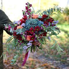 """Осенние краски-это не только жёлтыйоранжевый и красный В колористике важно """"настроение"""" цвета Подарочная флористика вдохновляет нас всё больше! Мы ждём ваших заказов-реализуем самые смелые цветочные мечты и предложим самые трендовые идеи #7ойлепесток #порадуйтелюбимых #flowers #букет #цветывсмоленске #доставкацветовсмоленск"""