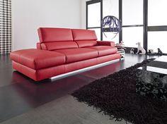 Divano 3 posti moderno con poggiatesta reclinabile in vera pelle tinta rossa.