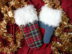 Mitaine de laine, laine rouge, tartan écossais, tissu de Noël, mitaine pour Noël, cadeau pour elle, matériaux recyclés, mitaines pour Noël de la boutique CroqueMitaines sur Etsy Couture, Christmas Stockings, Scarves, Creations, Boutique, Holiday Decor, Etsy, Green Wool, Fingerless Gloves