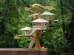 Dies ist ein Modell-Bausatz, eine Super Deluxe Tiki Tree House zu machen.  Diese DIY-Modell-Bausatz macht an awesome Geschenk für Modell Bauherren, Architekten, Ingenieure und wer Tiki liebt.  Dies ist der Big Daddy unserer neuen Tiki-Baumhaus-Reihe. Das Baumhaus-Modell umfasst drei Hütten inmitten eines großen Eukalyptus-Baumes. Leitern gelangen Sie von einer Hütte zur anderen. Die unteren Leiter kann mit dem Schiffe Rad (eine bewegliche Teil) um Sie sicher von jedem nächtlichen…