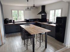 Custom fitted kitchen Label Brushed Metal Source by lowdyp Black Kitchens, Home Kitchens, Kitchen Chimney, Kitchen Labels, Condo Furniture, Kitchenette, Küchen Design, Kitchen Interior, Kitchen Remodel