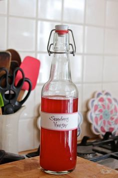 Are you throwing away your strawberry stems? You can make the most beautiful, fruity vinegar with them– perfect for salad dressings or adding to cocktails! Wish I had seen this when I was processing all those strawberries I picked! Strawberry Vinegar, Strawberry Vinaigrette, Limpieza Natural, Guter Rat, Strawberry Topping, Fermented Foods, Preserving Food, Kombucha, Kimchi