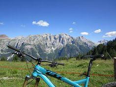 Ti siedi, appoggi la bici, ascolti il vento e ti lasci trasportare dalla bellezza del panorama... le Dolomiti di Brenta!!