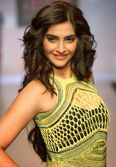 Sonam Kapoor Sexy Cleavage Show In Net Dress At Signature International Fashion Week 2013 | Kapoor Cleavage