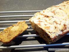Deze koolhydraatarme kerststol (of paasstol) is een mengeling van het voedzame notenbrood en de suikervrije amandelspijs, voor schuldgevoelvrij genieten.