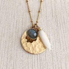 Elégant collier long, entièrement doré à lor fin 24k, composé dune jolie chaîne perlée ornée dun médaillon délicatement martelé et de deux gemmes taillées Labradorite et en Pierre de Lune. Longueur portée par la modèle : 67 cm Fermoir mousqueton. ----------------------------- ✩ EMBALLAGE