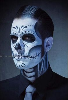 Are you looking for inspiration for your Halloween make-up? Browse around this site for unique Halloween makeup looks. Mens Halloween Makeup, Halloween Men, Halloween Looks, Trendy Halloween, Halloween Christmas, Face Paint For Men, Zombie Face Paint, Sugar Skull Make Up, Black And White Face