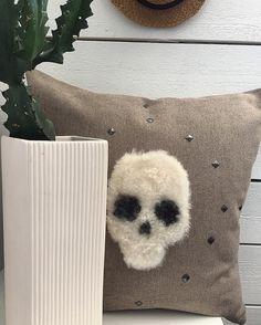 Cool design kudde med fårskinn och nitar från kuddebo.se   A cool design cushion with a skull made of lambskin from the swedish company kuddebo.se