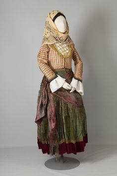 Γυναικεία φορεσιά από τις Σπέτσες, νησιά Αργοσαρωνικού.Αρχές 20ού αιώνα. Συλλογή Πελοποννησιακού Λαογραφικού Ιδρύματος, Ναύπλιο. Women's costume from Spetses, Argosaronic Islands. Early 20th century. Peloponnesian Folklore Foundation Collection, Nafplion
