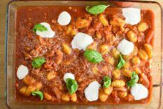 Op zoek naar een lekker en makkelijk gnocchi recept? Maak eens onze overheerlijke en o zo makkelijke gnocchi uit de oven! Heerlijk met een tomatensaus en een kaastopping. Klaar in 15 minuten!