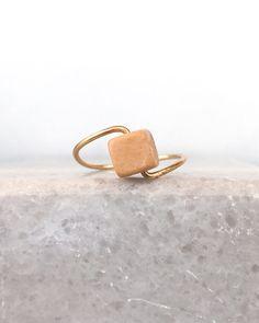 Bague bois doux carré - perle de bois - fil doré ou argenté - original et élégant - légère à porter