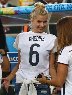 So schön wurden wir noch nie Weltmeister! Besonders Lena Gercke begeisterte uns mit ihrem super Fußball-Look. Wir verraten, wo es ihr
