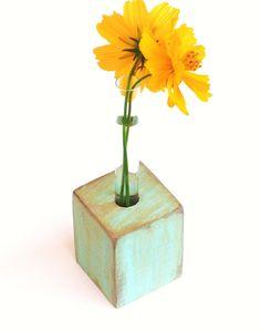Florero sencillo en tubo de ensayo (test tube) y un cubo de madera.  Se puede grabar como recuerdo