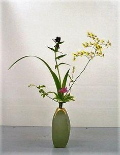 Modern Tatehana Ikebana arrangement Ikebana Flower Arrangement, Ikebana Arrangements, Flower Arrangements, Ancient Art, Japanese Art, Bonsai, Glass Vase, Gallery, Flowers