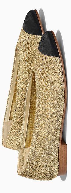 Chaussure CHANEL : Regilla Chanel Gold Fashion, Fashion Shoes, Fashion Accessories, Women's Fashion, Low Heel Shoes, Heels, Flat Shoes, Or Noir, Gold Outfit