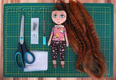 Прическа для куклы — кудрявые волосы.