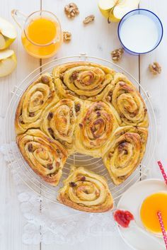 Apple, raisin and cinnamon puff-pastry Rolls Bakery Recipes, Kitchen Recipes, My Recipes, Sweet Recipes, Dessert Recipes, Favorite Recipes, Desserts, Mint Oreo, Sweet Dough