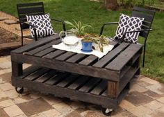 DIY outdoor table made out of palets, possible project for hubs? He has palets galore! Table Palette, Palette Deco, Outdoor Projects, Home Projects, Pallet Projects, Pallet Crafts, Outdoor Ideas, Backyard Projects, Patio Ideas
