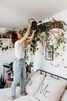 Our Plant Goals for - Dalla Vita - Houseplants in the Bedroom Everyone is setting their personal, health & wellness, and professional goals for the year. But what about your 2019 plant goals? Check out some of ours. Sofa Layout, Living Room Red, Interior Design Living Room, Plants In Living Room, Plants In Kitchen, Dorm Plants, Best Bathroom Plants, Apartment Plants, Interior Stairs