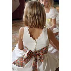 Les petits choux de Bruxelles propose la robe Cléophée avec son V dans le dos pour vos cortèges de mariage , vos communions, vos baptêmes ou vos anniversaires