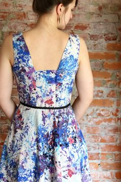 Painterly dress by Four Square Walls. Variation on Lilou? Sewing Blogs, Sewing Projects, Sewing Ideas, Couture Sewing, Learn To Sew, Dress Backs, Dressmaking, Four Square, Thrifting