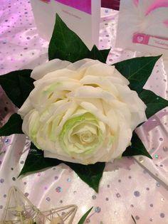 White carmen rose & ivy collar