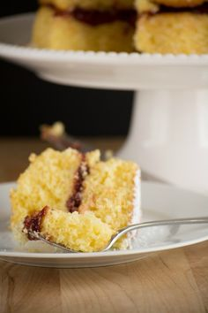 The best recipe you will find to make a delicious María Luisa cake. It has a light orange flavor and it is filled with a yummy berry jelly. 8 Inch Cake, Strawberry Jelly, Good Food, Yummy Food, Colombian Food, Take The Cake, Moist Cakes, Cake Ingredients, Macaroni And Cheese