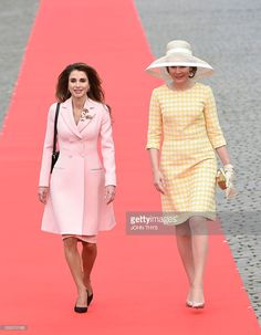 Jordan's Queen Rania (L) and Belgium's Queen Mathilde walk together during a state visit to Belgium on May 18, 2016 in Brussels. / AFP / JOHN