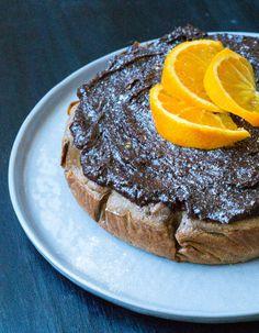 Skøn gulerodskage med chokolade-appelsintopping. I dag bagte jeg sammen med en ven denne kage, da især jeg var lækkersulten. Kagen er bagt med kikærter og inden du rynker på næsen af den ingrediens i kager, så synes jeg du skal give det en chance. Kagen er bagt med stor inspiration …