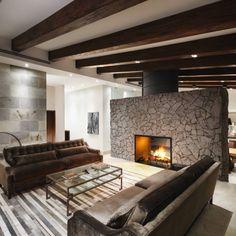 Sala y nueva chimenea de leña : Salones de estilo moderno de Juan Luis Fernández Arquitecto