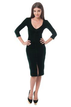 Culoarea verde smarald se numara printre tendintele acestui sezon. Alege o rochie eleganta din catifea care se muleaza discret pe formele trupului tau, si cu o deschizatura subtila pe picior, pentru un plus de senzualitate. Manecile lungi o transforma intr-o tinuta ideala pentru toamna, iar decolteul in V iti accentueaza feminitatea. Poarta aceasta rochie midi la evenimentele pretentioase de sezon, si iti garantam ca vei fi in centrul atentiei, debordand de eleganta si rafinament!�