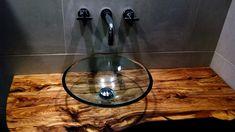 encimera de baño de madera en un baño moderno con lavabo del cristal