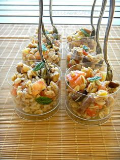 Farro salad with tomtoes, tuna and olives. Try also Farro with pesto and tomatoes, cut in small pieces - just delicious! Antipasto, Amouse Bouche, Carpaccio, Party Finger Foods, Cooking Recipes, Healthy Recipes, Tapenade, Ceviche, Sashimi
