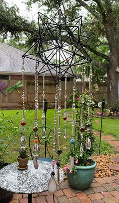 Diy Garden Projects, Garden Crafts, Garden Art, Art Projects, Diy Crafts, Crystal Garden, Glass Garden, Diy Wind Chimes, Hanging Crystals