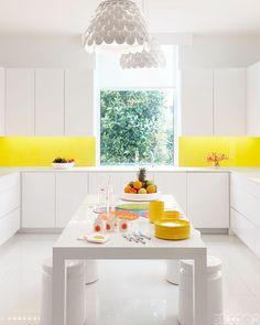 10 truly unique kitchen lights from Elle Decor Yellow Kitchen Decor, All White Kitchen, Yellow Kitchens, Lemon Kitchen, Kitchen Themes, Open Kitchen, Kitchen Island, Elle Decor, Cocinas Kitchen